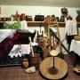 W niewielkiej sali etnograficznej zebrane są bardzo ciekawe, dawne przedmioty codziennego użytku.