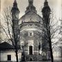 Widok od wschodu na monaster. Z lewej widoczny diakonikon, rozbudowany w 1854 roku. Do czasu wybudowania cerkwi św. Teologa (1890r) pełnił on funkcje ciepłej cerkwi. Stan z 1941 roku. Zdjęcie z reprodukcji zrobione dzięki uprzejmości Duszpasterzy z Monasteru.