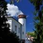 Niewielka wieżyczka górująca nad dworem jest dostępna dla zwiedzających. Stąd roztacza się ładny widok na dolinę Narwi i park.