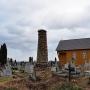 Kaplica cmentarna i zagadkowa kolumna, będąca prawdopodobnie jednym z nagrobków.