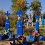 Na cmentarzu można spotkać charakterystyczne niebieskie nagrobki.