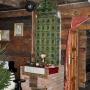 Może piec kaflowy jest zbyt klasyczny jak na wiejskie wnętrze, niemniej jest pięknym dodatkiem do całości.