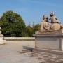 Główną alejkę parku francuskiego od strony Plant strzegą dwa sfinksy autorstwa Jana Chryzostoma Redlera z 1752 roku.