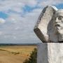 Pomnik Henryka Sienkiewicza na szczycie kopca. Fot. Marcin Białek. Wikimedia Commons.