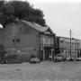 Po prawej stronie, budynek dawnej synagogi.Po lewej na parterze kamieniczki, mieściła się kiedyś apteka. W zachowanych oryginalnych wnętrzach w latach 80 -tych ulokowano sklep nasienny. W starych szufladkach leżały różne rzeczy. Później wszystko zniszczono.......
