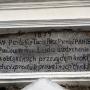 Kościół par. pw. Nawiedzenia NMP. Napis nad głównym wejściem do kościoła. Zdjęcie ze strony Urzędu Miejskiego w Stawiskach.