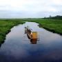 W ofercie gospodarstwa jest spływ tratwami po Biebrzy. Zdjęcie ze strony gospodarstwa agroturystycznego.
