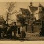 Scenka rodzajowa z kościołem św.Anny w tle. Pocztówka z przed 1917 r.