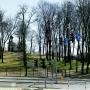 Wzgórze i cerkiewka w panoramie.