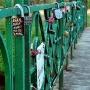 Mosty zakochanych to coraz bardziej popularna forma wyznawania sobie dozgonnej miłości. Najpopularniejsze są w Paryżu i Pradze. W Polsce też ich nie brakuje. Mamy też własny w Choroszczy mostek zakochanych, gdzie pojawia się coraz więcej kłódek miłości.