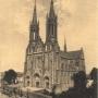 Ciekawostką dwóch kolejnych pocztówek z początku XX w jest wykonanie retuszu na następnej w celu wyczyszczenia okolic kościoła z niepotrzebnych elementów. Ze zbiorów J. Murawiejskiego.