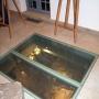 W baszcie od strony Arsenału odkryto ceglane kanały, które początkowo sądzono że pełniły rolę toalet dla służby pałacowej. Badania wykazały jednak że była tam umieszczona maszyneria, której funkcji nie potrafiono określić (mogła wspomagać pracę pałacowych fontann)