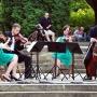 W miejscu gdzie niegdyś stał na Plantach pomnik żołnierza radzieckiego, czasami koncertują młodzi zdolni muzycy.