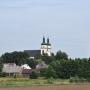 Górująca nad miasteczkiem sylwetka kościoła, wzbogaca spokojny podlaski krajobraz.