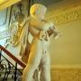 Nowa rzeźba w pałacowym holu podkreśla historyczne wnętrze.