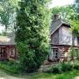 Dworek z Brzózek z I poł. XIX w, mieści kasę oraz małe muzeum.