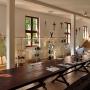Wnętrze Centrum rękodzieła ludowego gdzie przy wygodnych stołach odbywają się zajęcia i warsztaty różnych sztuk rękodzielniczych.