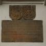 Płyta z historycznym tekstem (niestety kopia) oraz dwa herby- Pogoń litewska i orzeł brandenburski.