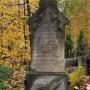 Jeden z zabytkowych grobów na cmentarzu.