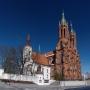 Przedwiosenny słoneczny dzień pozwala w całej okazałości ukazać piękno całego zespołu sakralnego. Już niedługo stary kościółek skryje się za zasłoną rozłożystego kasztanowca.