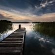 Pięknie położone pole na wysokim brzegu z dostępem do jeziora, przy którym są pomosty